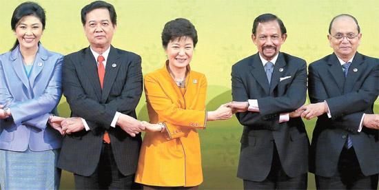 朴槿恵大統領が9日午後(現地時間)、ブルネイで開かれた韓国・ASEAN首脳会議の前、記念写真を撮影している。左からタイのインラック首相、ベトナムのグエン・タン・ズン首相、朴大統領、ブルネイのボルキア国王、ミャンマーのテインセイン大統領。この日午前、朴大統領はボルキア国王と首脳会談をした。