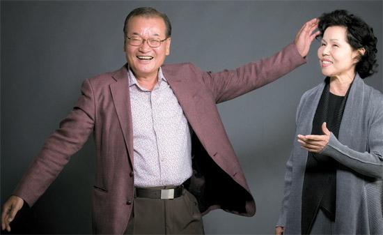 会社が危機を迎えた時、テグン(横笛)の音に癒され、国楽に魅力を感じたという尹泳達会長(左)は、李春羲氏が「本調アリラン」を歌うと、両手を広げて踊り出した。尹会長は「アリランを世界に出す時になった」と語った。