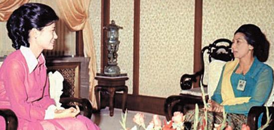 朴槿恵(パク・クネ)大統領が1970年代後半のファースト・レディ時代に、ウォボニ初代駐韓インドネシア大使の妻と対話している様子。ウォボニ大使の娘はインドネシアのユドヨノ大統領の夫人だ。(写真=国家記録院)