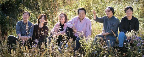 「金剛提灯を愛する集い」のメンバーが江原道平昌(カンウォンド・ピョンチャン)の野生花の群生地に集まった。