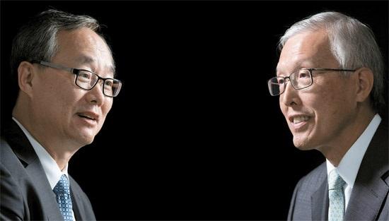 """日本と中国の問題に精通する2人のベテラン外交官が8日、""""舌戦""""を繰り広げた。申ガク秀(シン・ガクス)元駐日大使(右)が「日本は韓国が中国に傾いているという不満を抱いている」と話すと、李揆亨(イ・ギュヒョン)元駐中大使は「日中間の葛藤で韓国が中国側に立ったことはない」と反論した。"""
