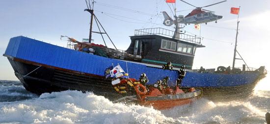 木浦(モクポ)海洋警察機動・特攻隊員が16日午後、全羅南道紅島沖で違法操業中の中国漁船を取り締まっている。