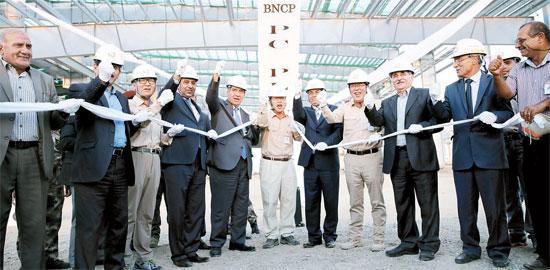 ハンファ建設とイラク政府関係者らによる棟上げ式行事の様子。(写真=ハンファ建設)