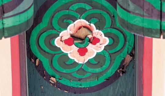 崇礼門北西側の門楼1階の垂木にあるレンゲ紋の丹青が古寺の丹青のように崩れた。花の部分がはがれている。