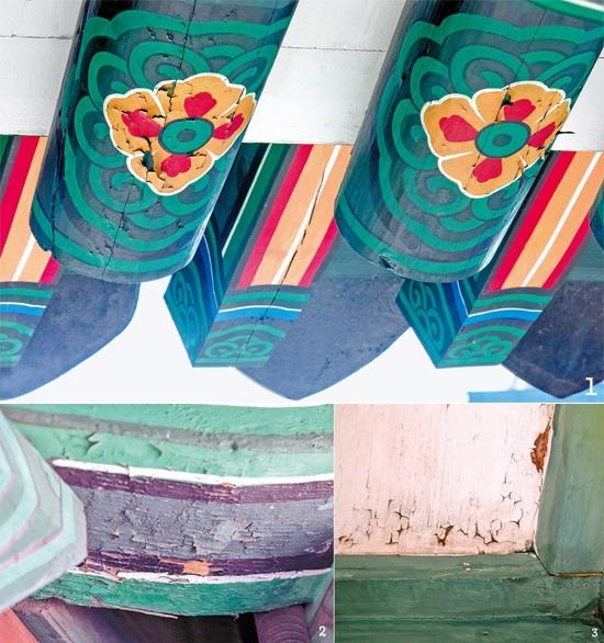 (上段)崇礼門2階の楼閣の垂木にあるレンゲ柄の丹青がはがれつつある。(下段の左右)柱と天井の亀裂・剥離現象。