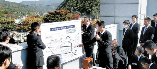 日本の陸上自衛隊幹部候補生らが25日、慶尚北道漆谷郡架山面の多富洞戦績記念館の屋上で教官から多富洞戦闘についての説明を聞いている。