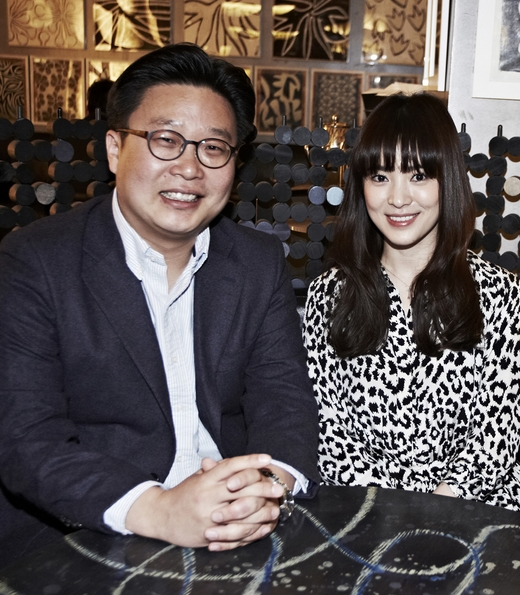 女優ソン・ヘギョ、韓国広報専門家の徐ギョン徳(ソ・ギョンドク)氏