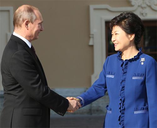 ロシアのプーチン大統領と韓国の朴槿恵大統領(中央フォト)