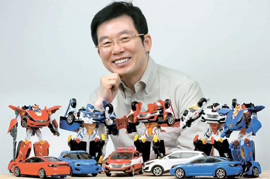 チェ・シンギュ「孫悟空」代表が変身ロボットおもちゃ「ハローカーボット」を紹介している。ハローカーボットは現代(ヒョンデ)自動車のサンタフェ・グレンジャーを24分の1の大きさにしたおもちゃだ。(写真=孫悟空)