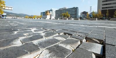 世宗文化会館前の世宗大路で石畳の道路が破損したまま放置されている。