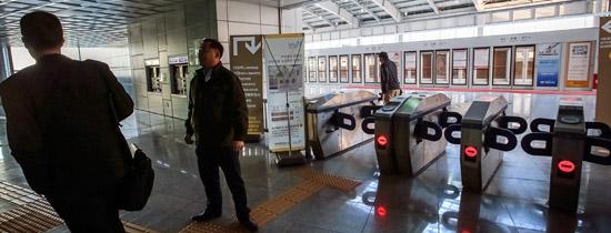 議政府(ウィジョンブ)軽電鉄が5日、信号障害で運行が全面中断され、故障発生からほぼ10時間が過ぎた午後3時20分に正常化した。この日午前、議政府市回龍(フェリョン)駅を訪れた外国人が引き返していた。