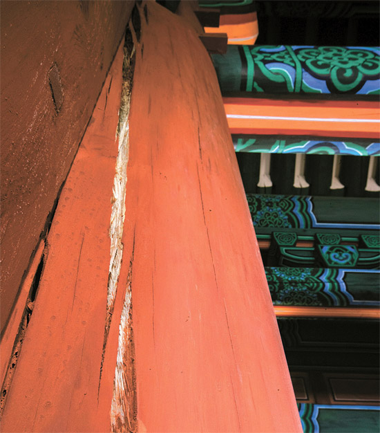 崇礼門2階門楼の東側の柱が上下に1メートル以上割れている。他の柱の亀裂部が内側まで丹青顔料で彩色されたのと違い木の中が白く露わになっている。専門家らは「乾燥過程でではなく丹青の彩色が終わった後に割れ始めたという証拠だ。表面は乾いているが内側には依然として水分が多く残っておりその違いによって変形が起きたもの」と話した。