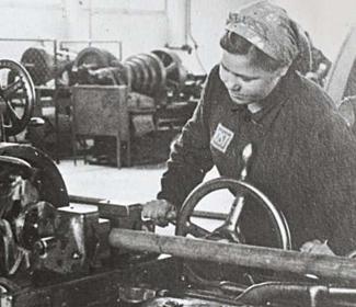 1941年にドイツが建設したポーランド・アウシュビッツ化学工場で強制労働中の東欧女性。胸の右側に東欧労働者を意味する「OST」のマークが見える。[写真=ドイツ連邦資料室]