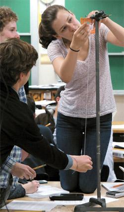 先月14日、米イリノイ州エバンストンタウンシップハイスクール11学年(高校2年)の生徒が振り子の運動周期を測定する実験をしている。