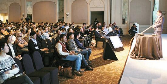 11日にソウルのリッツカールトンホテルで開かれたタイゼン開発者会議2013でタイゼン連合理事会企業のひとつであるKTのイ・ウンホ常務が基調演説をしている。イ常務はこの日「iOSとアンドロイドへの偏りが激しくなっており、タイゼンがモバイル生態系を活性化させると期待する」と話した。(写真=サムスン電子)