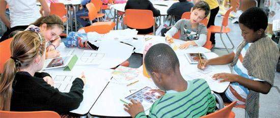 ロンドンの公立アンソン小学校5年(韓国の4年)の児童がタブレットPCを利用し、中世の英国の城について勉強している。