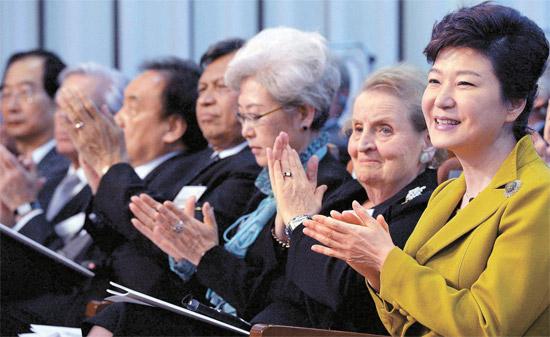 朴槿恵(パク・クネ)大統領が14日、ソウル国立外交院で開かれた「国立外交院50周年国際学術会議」開幕式に参加した。