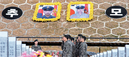 延坪島挑発3周忌となる23日を控え当時北朝鮮の砲撃で戦死したソ・ジョンウ下士とムン・グァンウク一等兵の墓地がある大田顕忠院に参拝客が続いている。彼らの墓地のそばに2人の戦死者の大型写真が掲げられた「追慕の丘」が作られた。20日午後、軍将兵が墓地の前で挙手敬礼している。