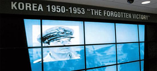 米国ワシントンDCの国防部庁舎1階にある韓国戦争常設展示室内部の様子。マッカーサー司令官の仁川(インチョン)上陸作戦の画面上段に「KOREA 1950-1953 The forgotten victory」という文面が見える。