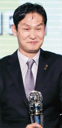 崔龍洙監督が26日、2013AFC「今年の監督賞」を受賞した後、独特の笑顔を見せている。(写真=FCソウル)