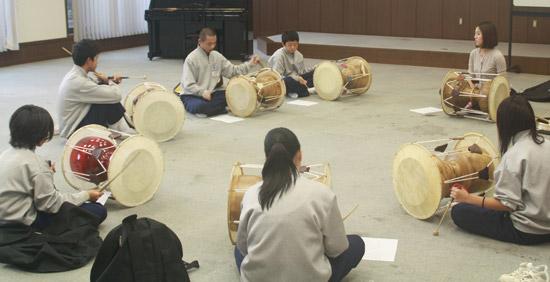 「トライヤルウィーク」に参加した日本の垂水中学校の生徒たちが神戸韓国教育院の講堂に集まってチャングを習っていた。(写真=神戸韓国教育院)