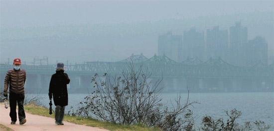 5日午後、ソウル龍山区二村洞(ヨンサング・イチョンドン)の漢江(ハンガン)沿いをマスクをつけた市民が歩いている。