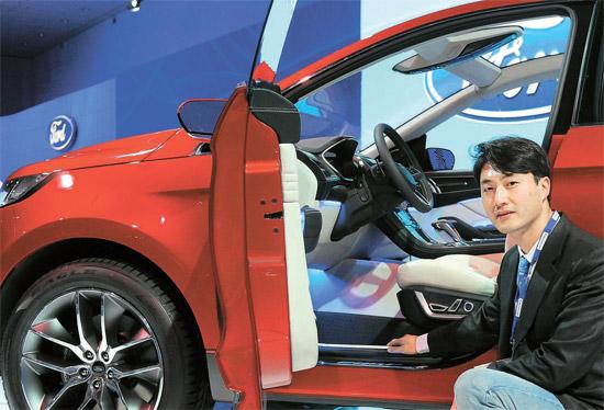 ハ・ハクス・マネジャーが先月24日、米LAオートショーで、自分がインテリアデザインをしたCUV「エッジ」コンセプトカーについて説明している。