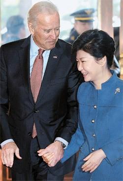 朴槿恵大統領とバイデン米副大統領が6日午前、青瓦台で手をつないで移動している。バイデン副大統領はこの日、朴大統領に「米国はずっと韓国にベッティングする」と述べた。[青瓦台写真記者団]