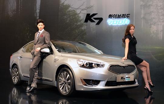 起亜車は16日、自社の準大型乗用車であるK7のハイブリッドモデル「K7ハイブリッド700h」(以下700h)を発売した。