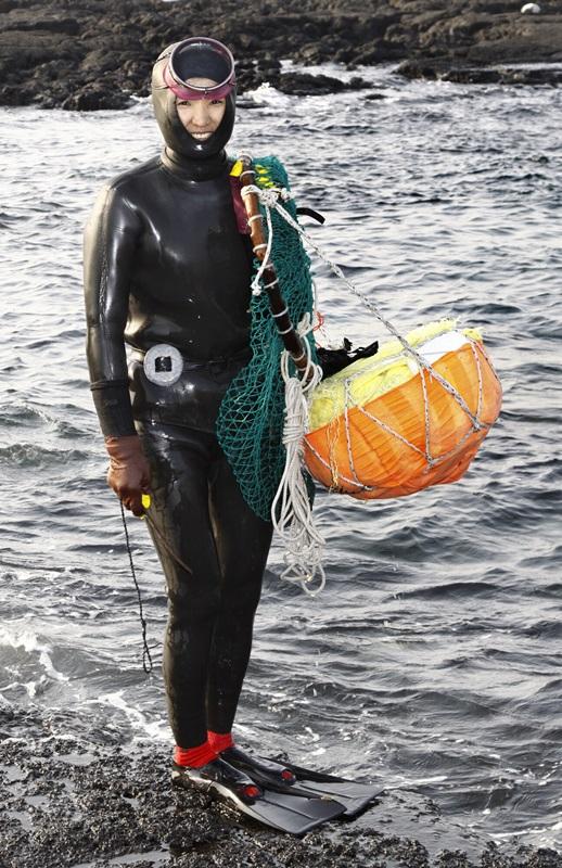 ゴムの潜水服を着ている韓国海女(写真=中央フォト)