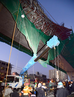 19日午後、釜山市影島区瀛仙洞(プサンシ・ヨンドグ・ヨンソンドン)の南港大橋と北港大橋の連結高架道路工事現場で、鉄骨構造物が崩れて作業員4人が50メートル下に落ちて死亡した。