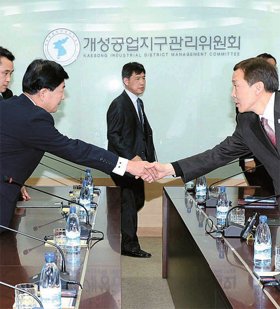 南北共同委員会第4回会議が19日午前、開城工業団地総合支援センターで開かれた。韓国側の金基雄統一部南北協力地区支援団長(右)と北側の朴哲洙中央特区開発指導総局副総局長が会議前に握手している。この日の会議で南北は通信・通関・通行の「3通」問題と外国企業投資誘致問題などを議論した。(写真=統一部)
