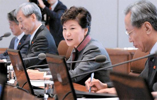 朴大統領が23日、首席秘書官会議で発言している。[青瓦台写真記者団]