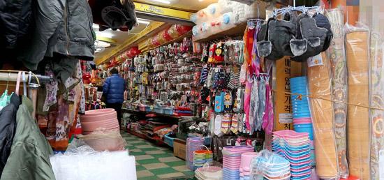 25日釜山市海雲台区(プサンシ・ヘウンデグ)のクナム路のある商店。暖房をつけているのに出入り口は最初から開いていた。ほかの大部分の店も「ドアを閉めるとお客さんが来ない」と言って開け放していた。