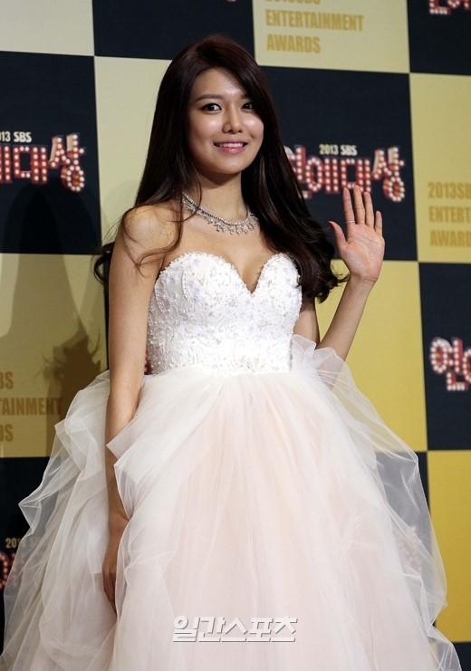 30日午後、上岩洞(サンアムドン)のSBSプリズムタワーで行われた「2013 SBS芸能大賞」に登場した少女時代のスヨン。