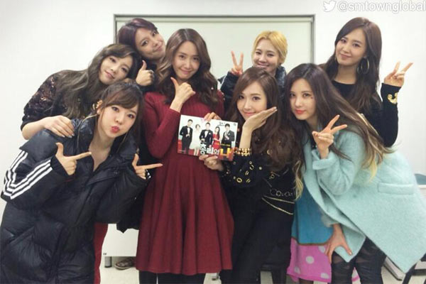 ユナが出演中のドラマ『総理と私』の撮影現場に訪問した少女時代のメンバー。(写真=SMTOWN公式ツイッター)