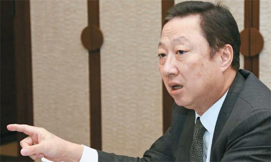 朴容晩(パク・ヨンマン)大韓商工会議所会長が先月26日、執務室で今年の経済見通しについて話している。朴会長は為替レートについて「マクロ経済状況によって為替レートが決定されるべきだが、衝撃がある場合はそれを緩和できる政府の介入は必要だ」と述べた。[写真=大韓商工会議所]