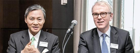 9日、韓国を訪れたベアリング資産運用のスコルフィールド・グローバル株式部門代表(右)とキム・ド・アジアマルチアセット部門代表。2人は「グローバル景気回復が本格化する今年は日本、長期的には中国・ASEAN株式市場に注目すべき」と助言した。(写真=ベアリング資産運用)。