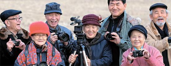 京畿道安山(キョンギド・アンサン)の社会的企業「銀の巣」の会員たちが一堂に集まった。この会社は映像コンテンツを編集・制作する。スタッフは全部で15人。下は60歳、最高齢が91歳だ。1人あたり1カ月に100万ウォン程度の収入を上げる。