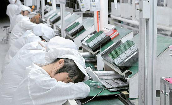 仕事が減り、賃上げ・求人難など営業環境の悪化で製造業分野の賃加工(下請け製造)投資企業が退路を模索している。青島協成光学の工場の女子職員は、仕事が減る中で残った時間に昼寝をしている。一時2300人に達していたこの会社の職員は現在47人に過ぎない。