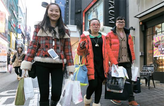 昨年韓国を訪問した外国人は中国人が最も多かった。日本人より120万人も多い。昨年末、浙江省から来た中国人観光客がソウル明洞の街を歩いている。