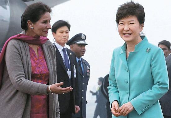 朴槿恵(パク・クネ)大統領が15日午後(現地時間)、新年初の歴訪先であるインドのニューデリーパラム空軍飛行場に到着して外交長官の歓迎を受けている。