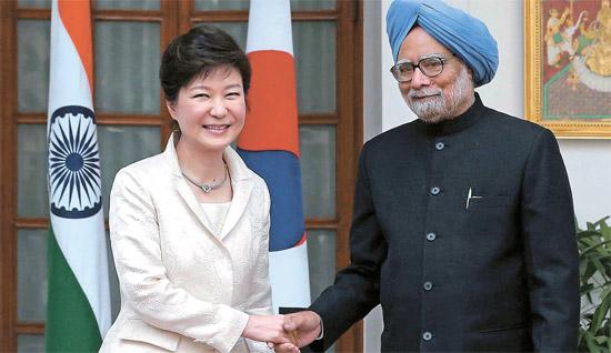 16日(現地時間)、朴槿恵(パク・クネ)大統領がニューデリーのハイデラバード・ハウス(迎賓館)でマンモハン・シン首相と握手をしている。