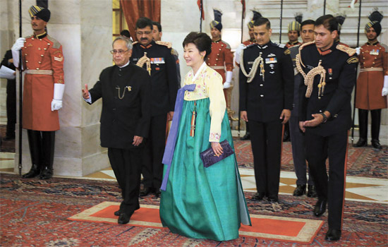 朴槿恵(パク・クネ)大統領が16日(現地時間)午後、インド大統領宮で開かれた国賓晩餐に参加してプラナブ・ムカルジー大統領と一緒に入場している。