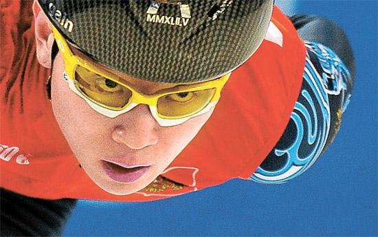 韓国ショートトラック選手も今はもうアン・ヒョンスを「ビクトール・アン」と呼ぶ。韓国代表選抜戦で脱落し、2011年12月にロシアに帰化したビクトール・アンは、ソチ冬季オリンピック(五輪)で韓国選手の壁となっている。写真は昨年3月のロシア大会で力走するビクトール・アン。(写真=中央フォト)