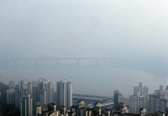 17日午後1時、ソウル新堂洞のメボン山から眺めた聖水(ソンス)大橋。この日、ソウルは中国発のスモッグで覆われた。