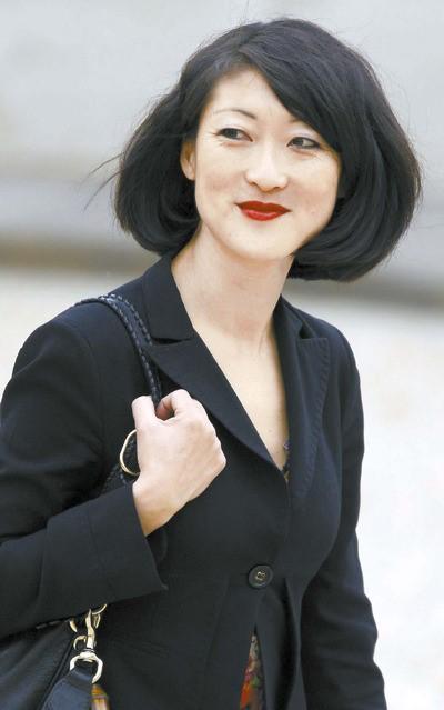 韓国系としては初めて欧州の国で閣僚となったフルール・ペルラン氏。ショートカットの黒髪と赤いリップスティックは彼女のトレードマークだ。スカートスーツを楽しむ彼女は時には果敢なミニスカートも着る。