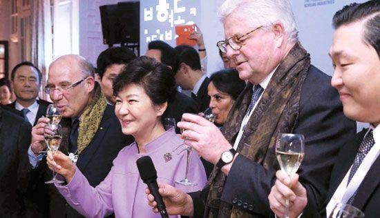 21日(現地時間)、ダボスの「Korea Night(コリア・ナイト、韓国の夜)」のイベントに参加して乾杯している朴槿恵(パク・クネ)大統領(左から2人目)。