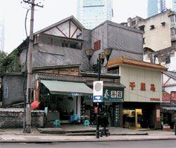 中国、重慶市渝中区鄒容路37号にある韓国光復軍の総司令部の建物。道路周辺の商店の後に見える建物で、現在は空き屋状態だ。