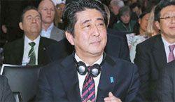 日本の安倍晋三首相がダボスフォーラムで朴槿恵(パク・クネ)大統領の開幕演説を待っている。